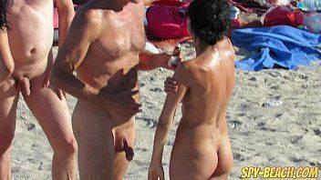 Belas gostosinhas com o corpo sem roupa na praia de nudismo