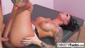Ninfeta sensual tatuada e peituda gemendo