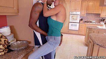 Filme de sexo milf na cozinha querendo piroca