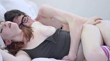 Sex video com a namoradinha ruiva no quarto