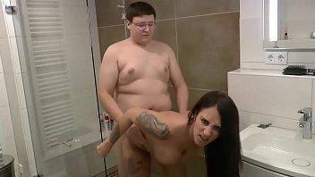 Porno do gordinho comendo prima gostosa no banho